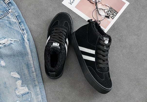 Высокие спортивные черные кроссовки с белыми полосами