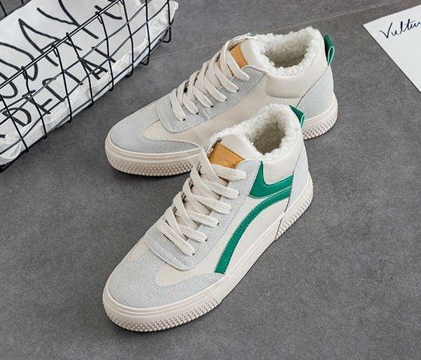 Низкие белые кроссовки с мехом и зеленой полоской