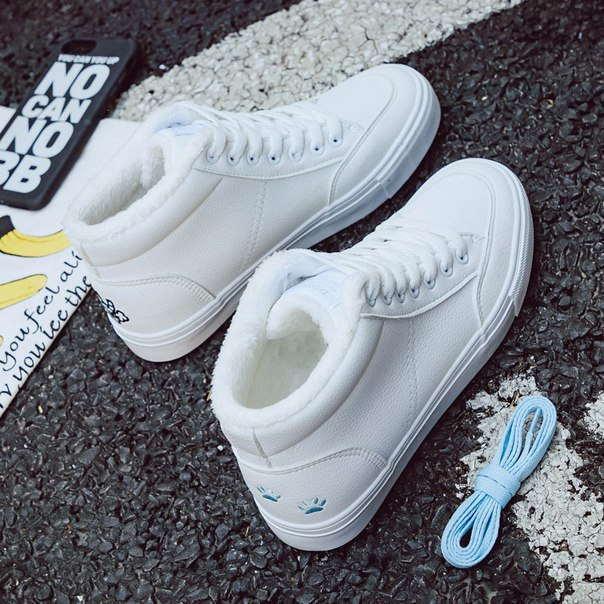 Высокие белые теплые кроссовки с голубым котиком на заднике