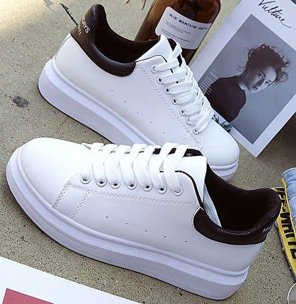 Дешевые женские кроссовки с черным задником и надписью