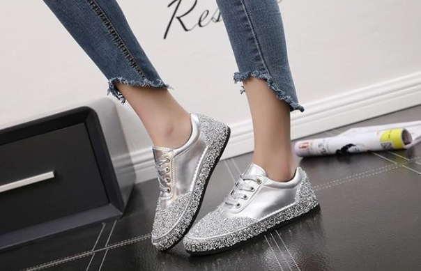 Серебряные блестящие женские кроссовки
