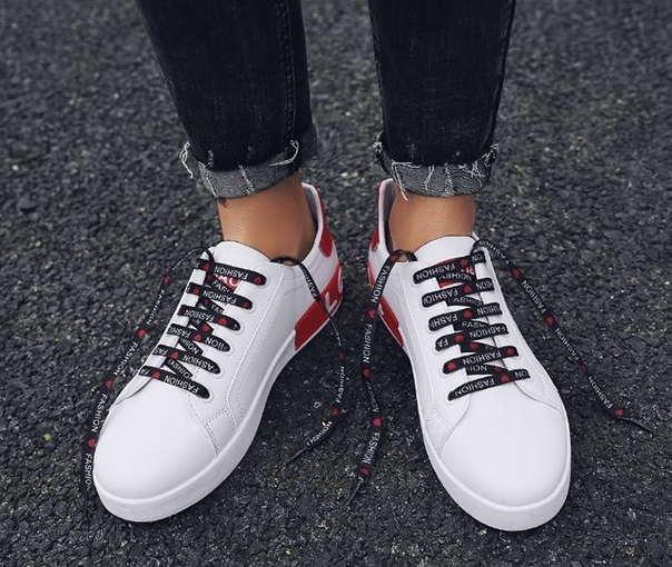Белые кроссовки на шнуровке с красным задником