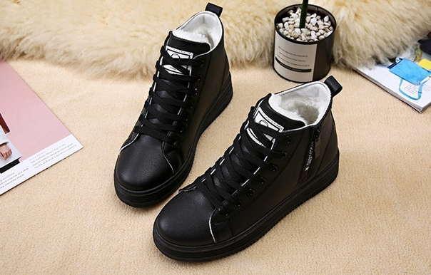 Черные зимние кроссовки на небольшой подошве