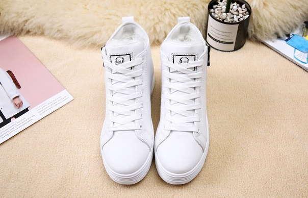 Белые зимние кроссовки на небольшой подошве