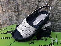 Жіночі босоніжки шкіряні на платформі перфорація