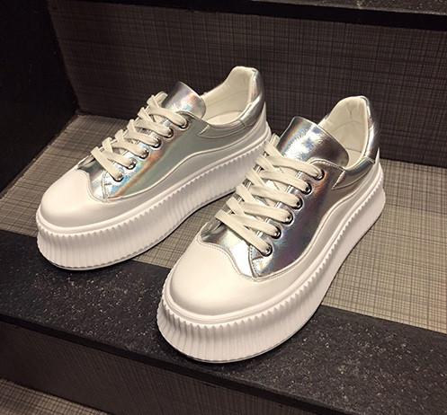 Серебряные кроссовки на высокой цветной белой подошве