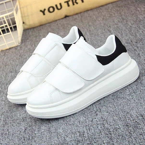 Белые женские кроссовки на двух широких липучках с черным задником