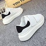 Белые женские кроссовки на двух широких липучках с черным задником, фото 3