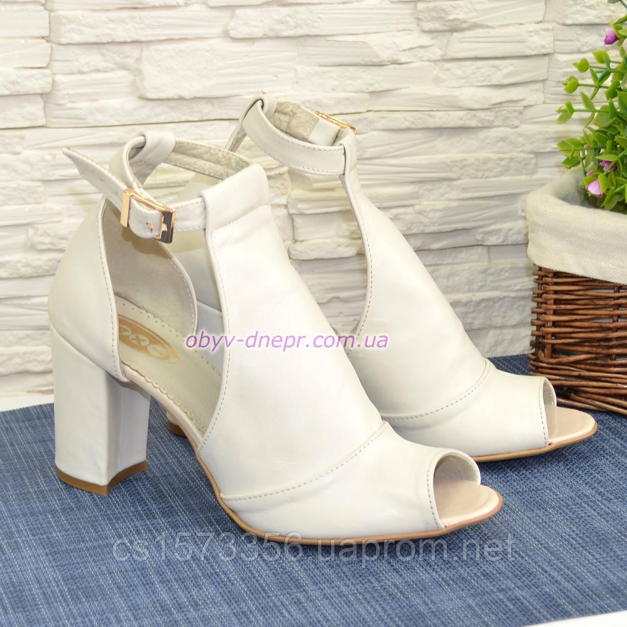 Женские кожаные босоножки на устойчивом каблуке, цвет бежевый