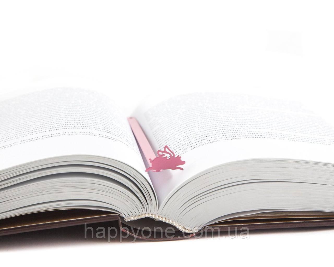 Металлическая закладка для книг Окрыленная свинья (розовая)
