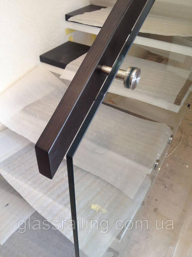 Steklyannoe ograzhdenie betonnoy lestnitsyi