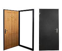 Металлические входные двери с накладкой из натурального дерева.
