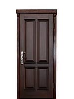 Металлические входные двери с накладкой из натурального дерева и кованными элементами.