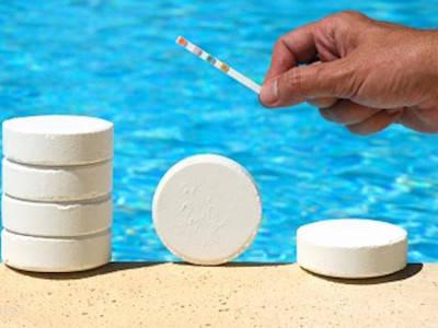 Средства по уходу за водой в бассейне.