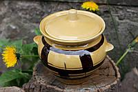 Коричневый керамический горшочек.