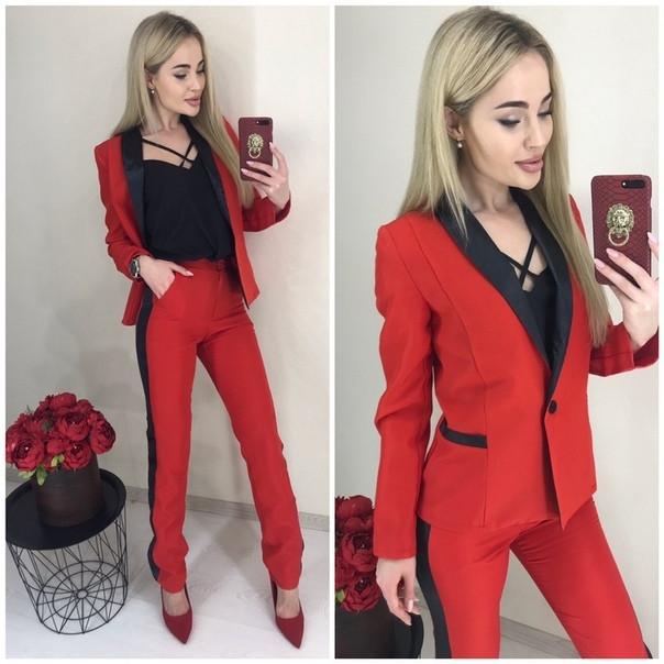 Костюм брючный женский красный,  пиджак на пуговице и брюки ровные с лампасами