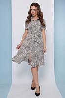 Светлое летнее платье рубашка длиной за колено и поясом