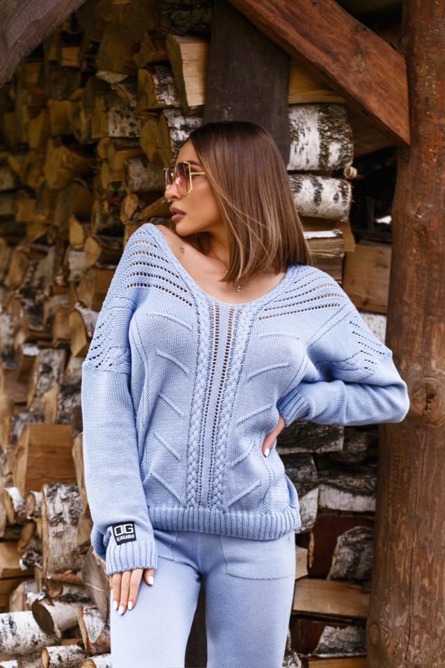 Голубой женский костюм со свободным свитером