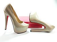 Лабутены бежевые лаковые, туфли на высоком каблуке.