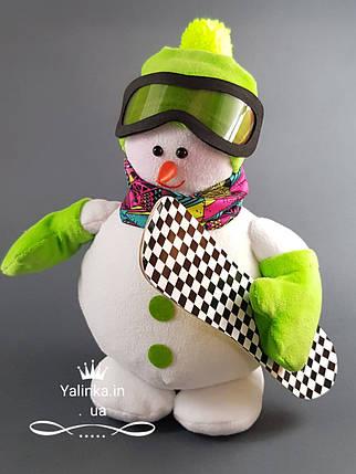 Мягкая новогодняя игрушка Снеговик-Сноубордист 26 см, фото 2