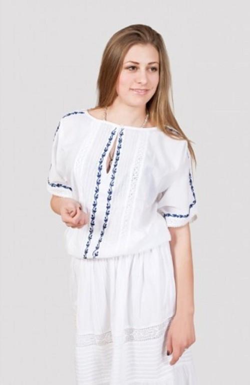 Нарядная женская блуза оригинального кроя украшена ручной вышивкой