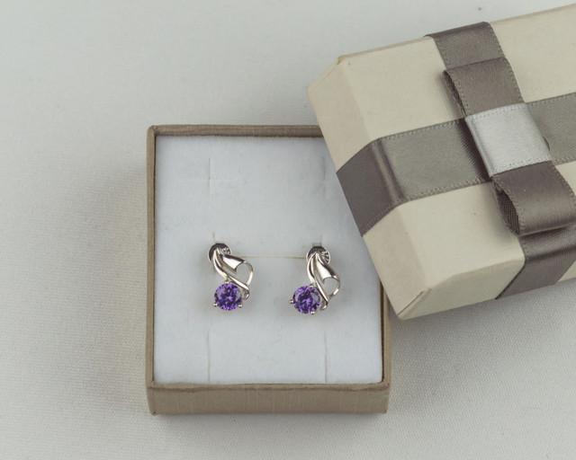 Серебряные серьги гвоздики с фиолетовым камнем