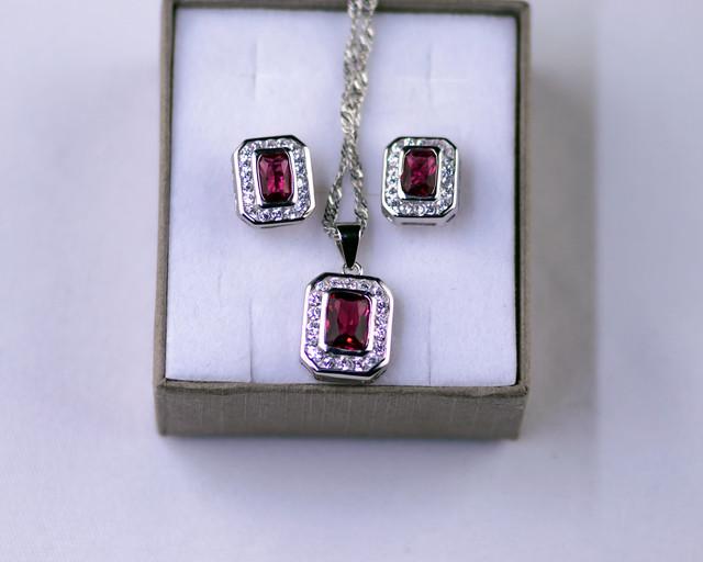 Комплект серебряных украшений с красным камнем