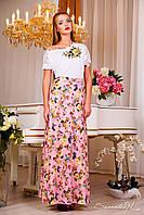 Нежное летнее платье, выполненное в простом, лаконичном дизайне с акцентом на талии и вырезом «лодочка».