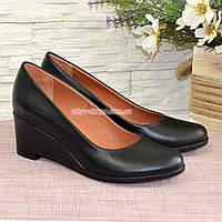 Женские черные кожаные туфли на невысокой танкетке.