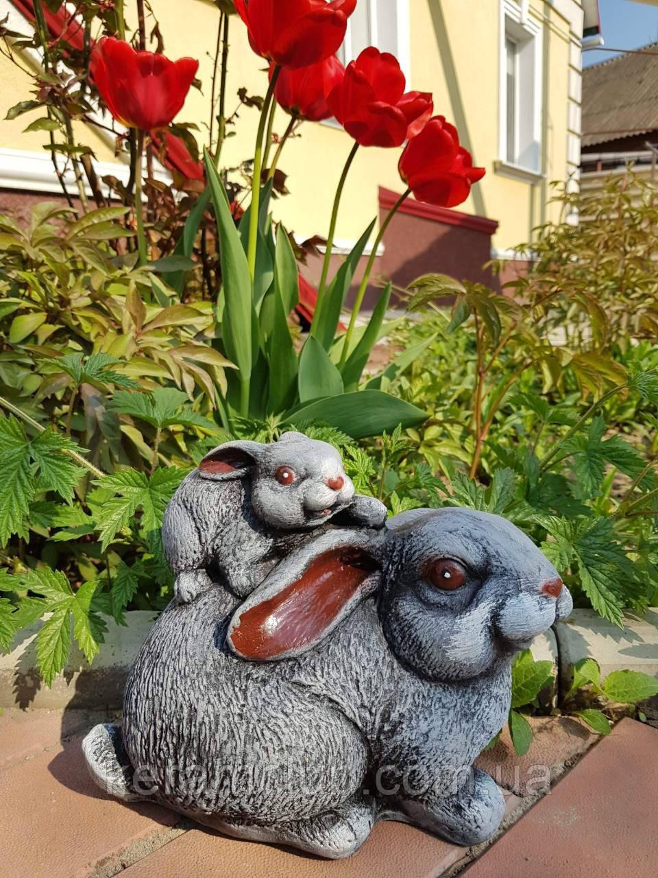 Садовая фигура: зайчиха с зайчиком