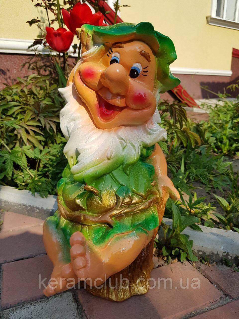 Садовая фигура: гномик на пне