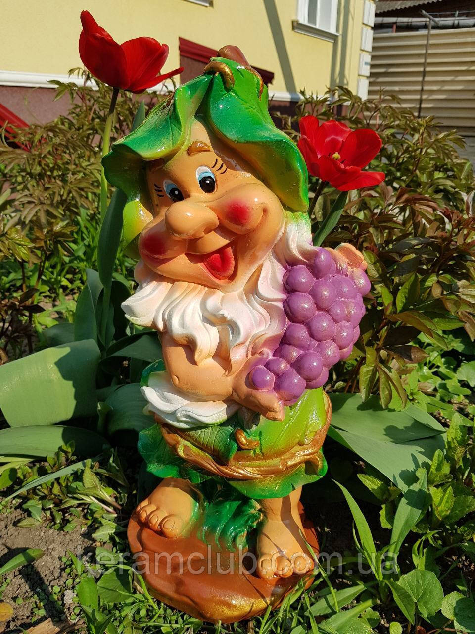 Садовая фигура: гномик с виноградом