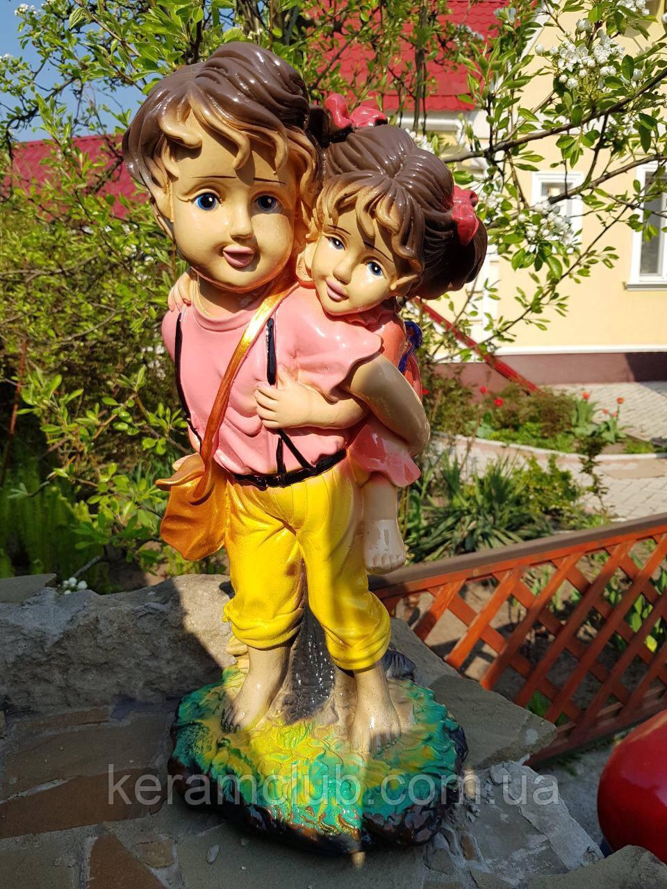 Садовая фигура: мальчик с девочкой