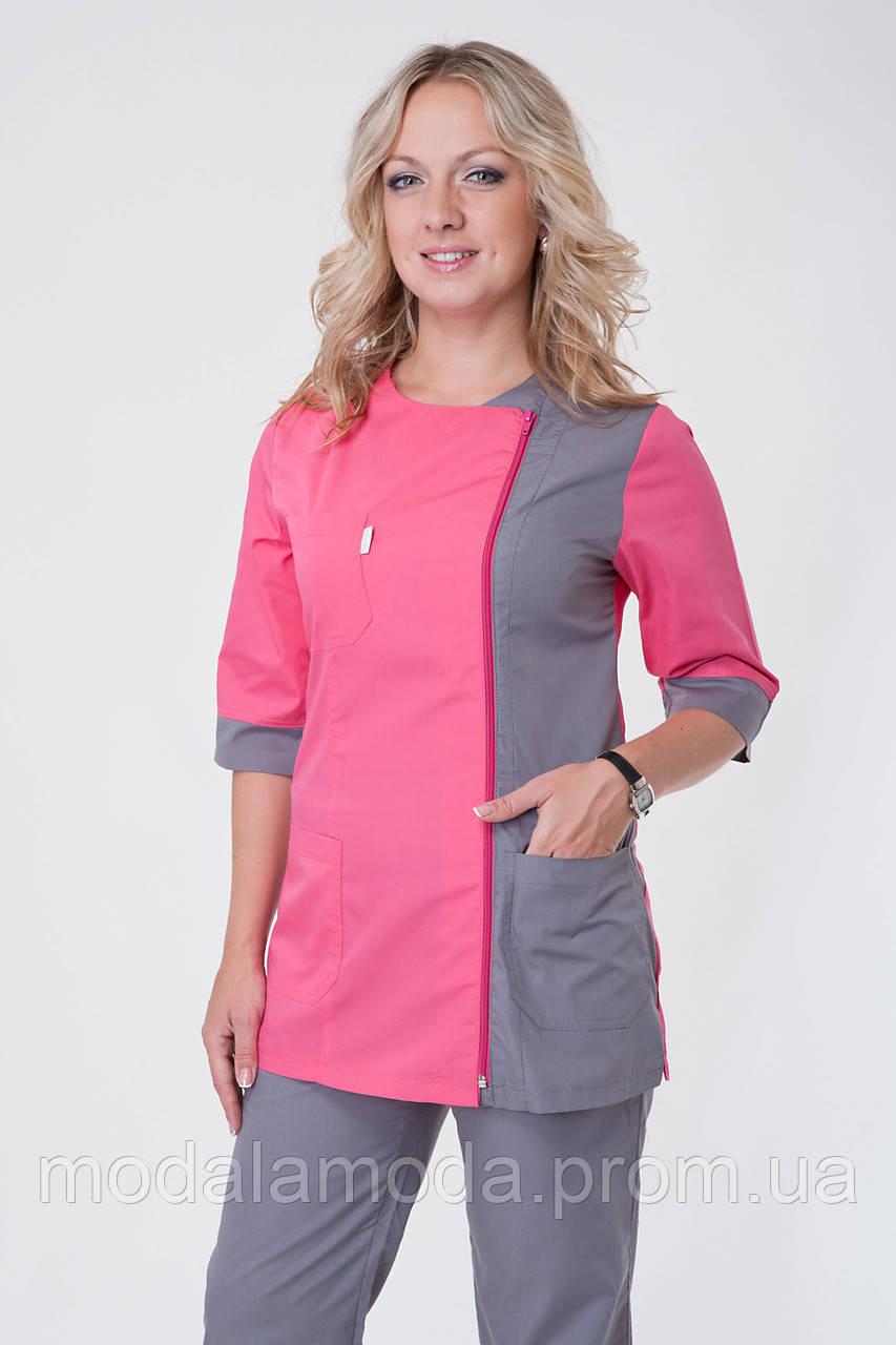 Костюм медицинский с ярко розовыми дизайном и серыми штанами