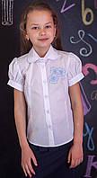 Школьная блузка с вышитыми голубыми  цветочками короткий рукав