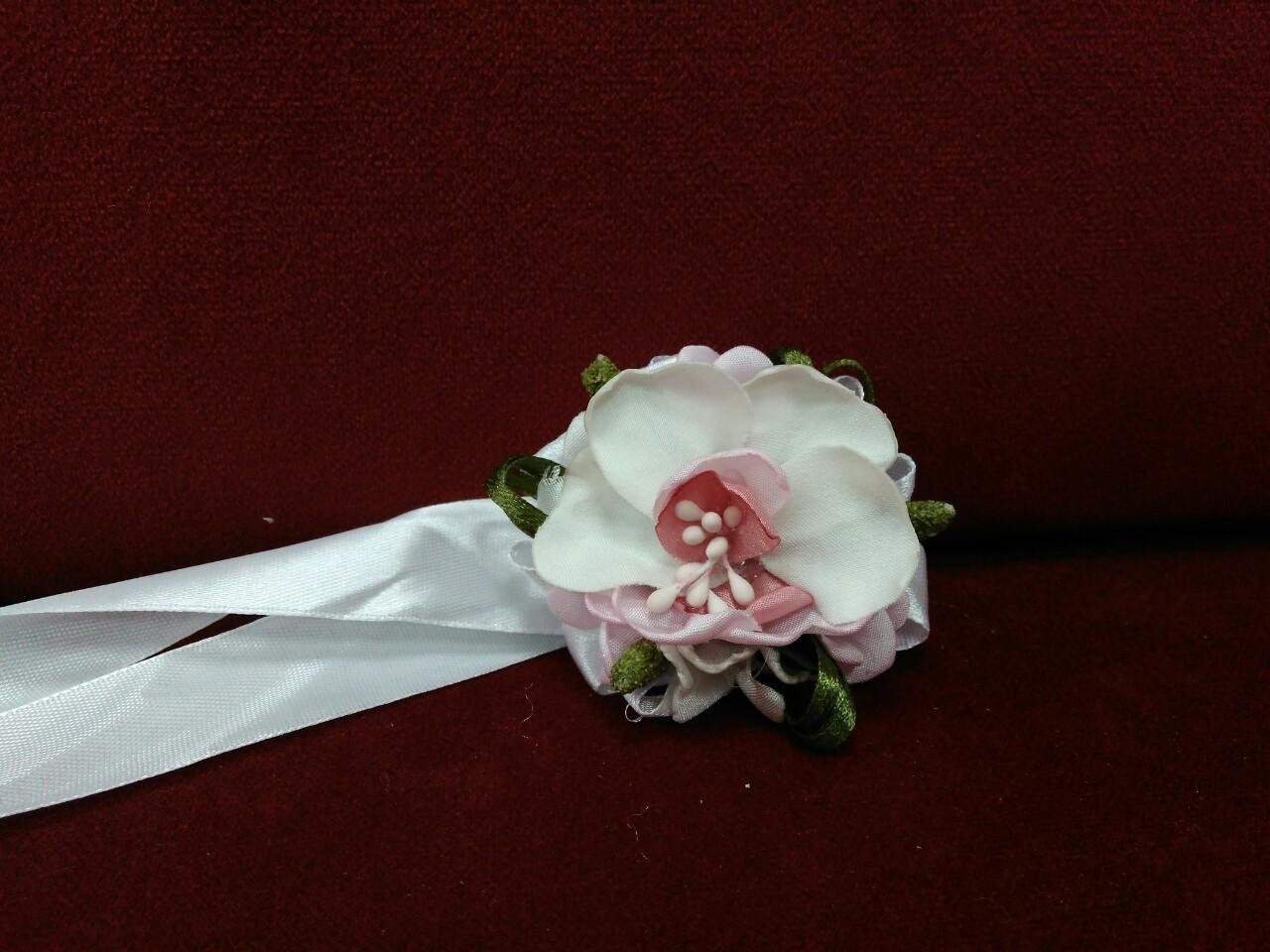 Бутоньерка на руку из орхидеи (цветочный браслет) молочная с розовым