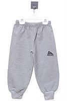 Крутые спортивные штаны снизу на резинке для мальчика. Состав 95 % хлопок, 5% полиэстер. Цвет серый.