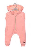 Стильный комбинезон с капюшоном и карманами для ребенка. Состав 100% хлопок. Цвет персиковый. Бренд MOI NOI.
