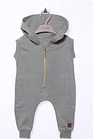Модный комбинезон с капюшоном и карманами для ребенка. Состав 100% хлопок. Цвет хаки. Бренд MOI NOI.
