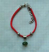 Красная нить - оберег натуральный природный изумруд 10*6 мм