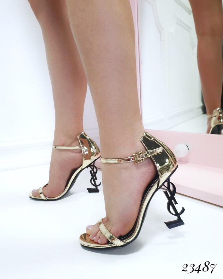 Босоножки с ремешком на каблуке в форме логотипа бренда золото лаковые