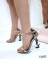 Босоножки с ремешком на каблуке в форме логотипа бренда золото лаковые, фото 1