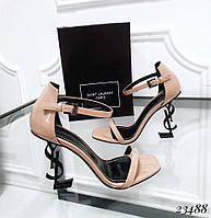 Босоножки с ремешком на каблуке в форме логотипа бежевые лаковые, фото 1