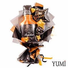 Букет: Бутылка виски, черная звезда с надписью Happy birthday, золотые и черные мини-сердца и звезды
