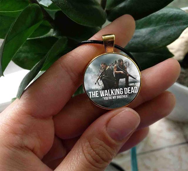 вид кулона Ходячие Мертвецы/ The Walking Dead