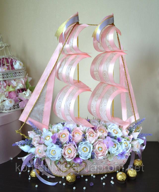 Свадебный букетиз конфет и цветов