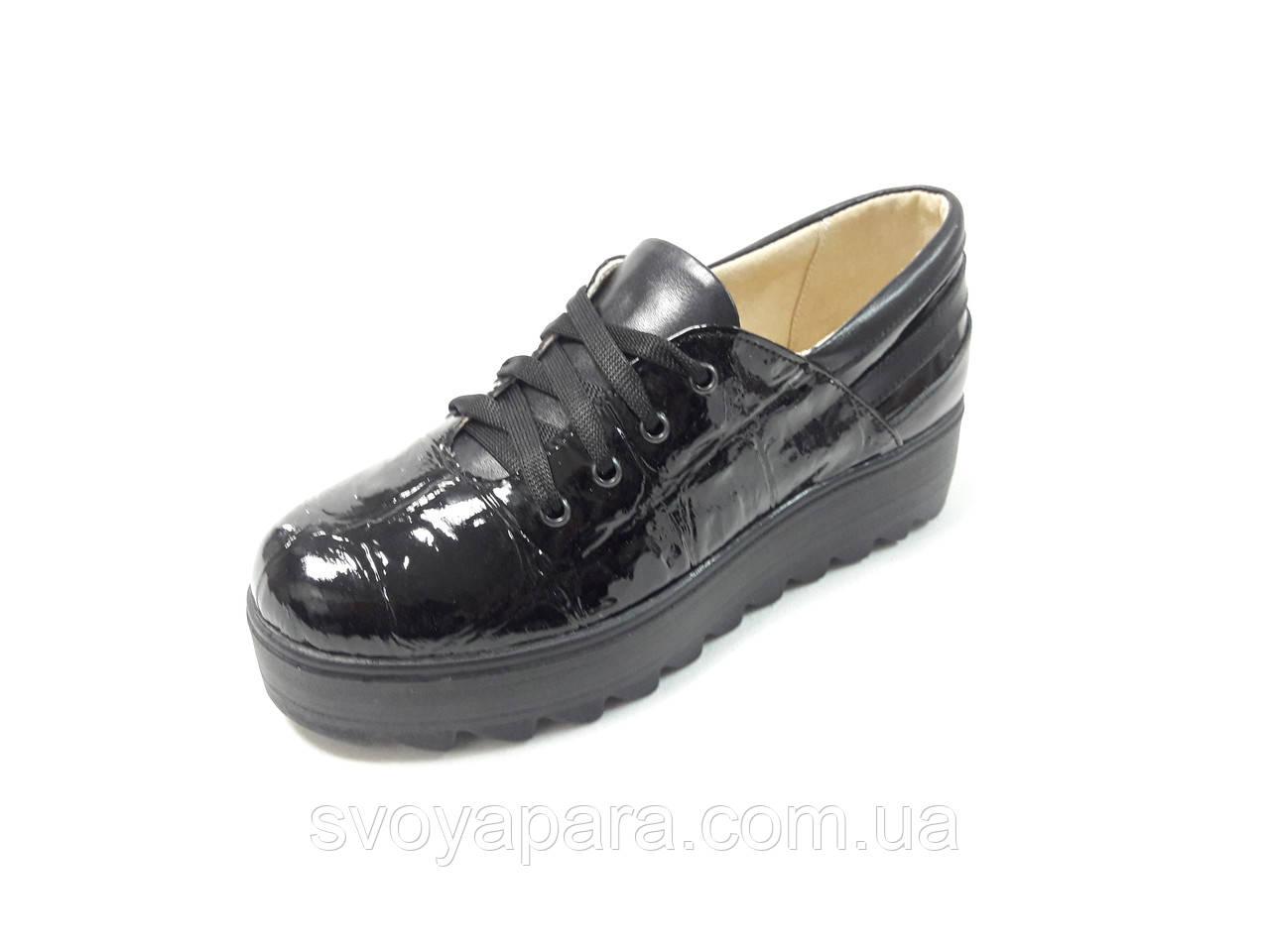 Туфли женские из натуральной лаковой кожи черного цвета с тиснением на подошве платформе