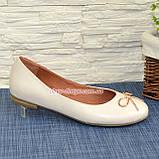 Женские бежевые туфли из натуральной кожи, декорированные металлическим бантиком, фото 2