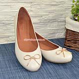 Женские бежевые туфли из натуральной кожи, декорированные металлическим бантиком, фото 3