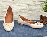 Женские бежевые туфли из натуральной кожи, декорированные металлическим бантиком, фото 4